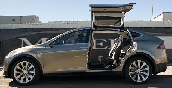 """Tesla Model X con las puertas traseras """"falcon wing- doors"""" abiertas"""